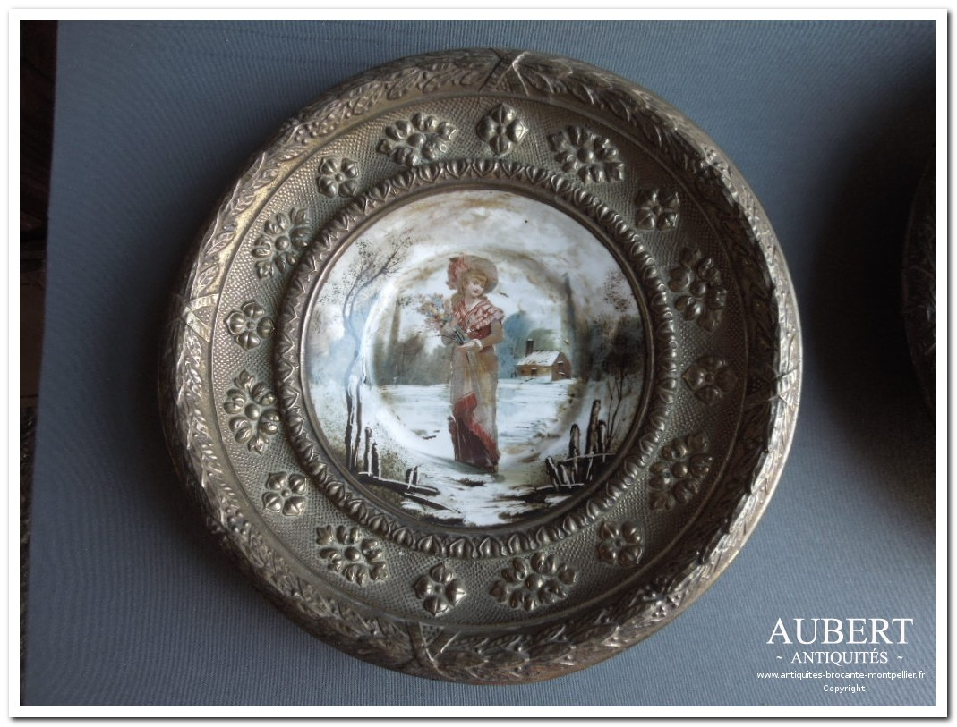 assiette ancienne en porcelaine cercle de laiton repoussé  decor jeune fille avec bouquet de fleurs achat antiquites achat brocante vente antiquites vente brocante antiquaire sete antiquaires montpellier brocanteur montpellier brocanteur sete succession debarras antiquites aubert montpellier fabregues sete beziers gigean antiquaire aubert brocante aubert brocanteur aubert