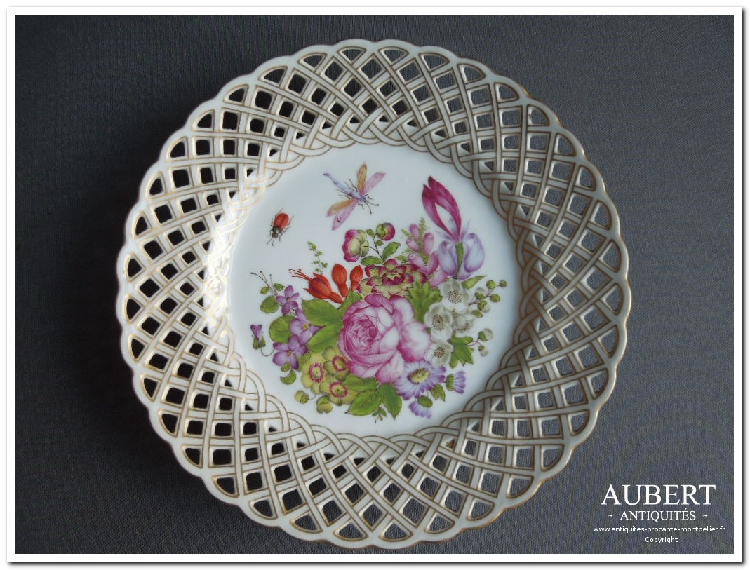 assiette porcelaine de saxe meissen porcelaine allemande epees croisees motif d'insecte et fleur achat antiquites achat brocante vente antiquites vente brocante antiquaire antiquaires montpellier brocanteur montpellier succession debarras antiquites aubert montpellier fabregues sete beziers gigean